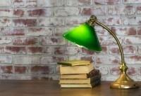 Чтение книги в спокойной домашней обстановке успокаивает и улучшает настроение